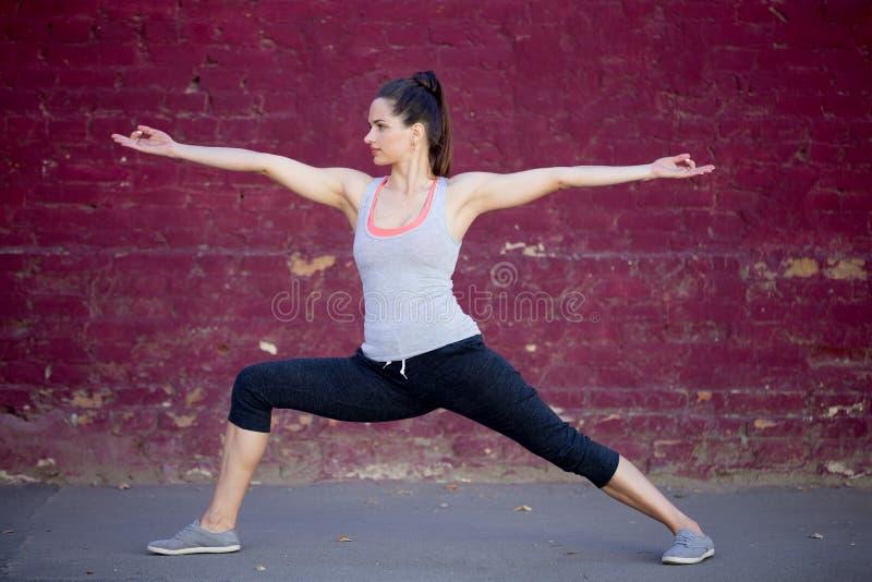 Yoga de rue : Pose de Virabhadrasana 2 images libres de droits