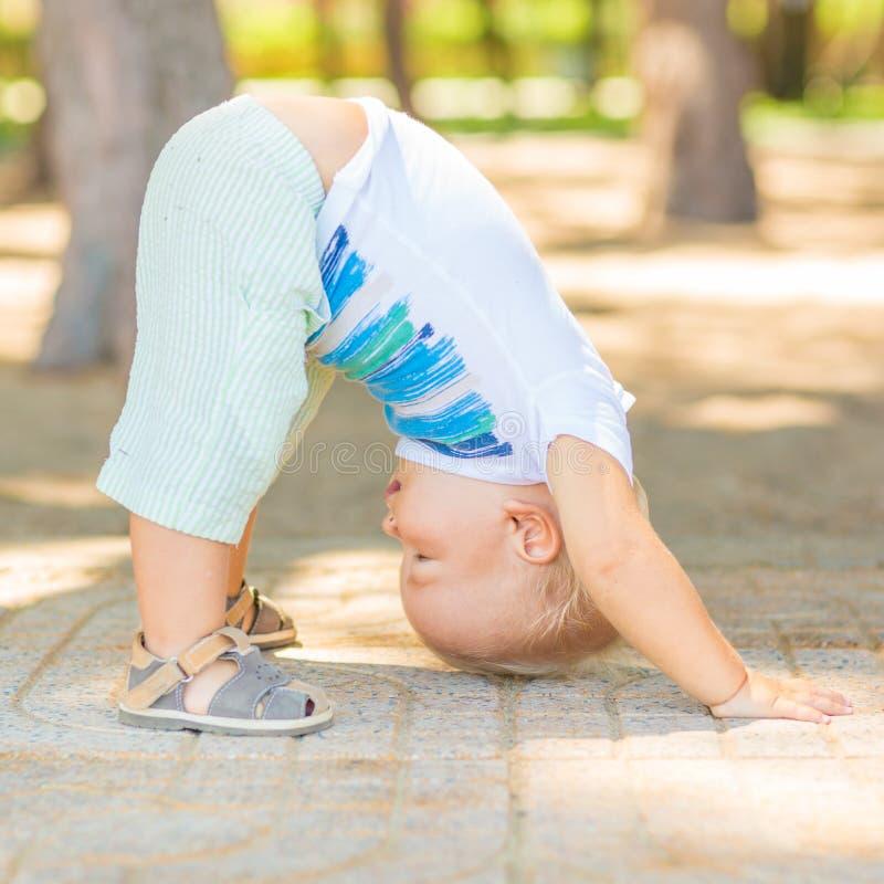 Yoga del bebé fotografía de archivo