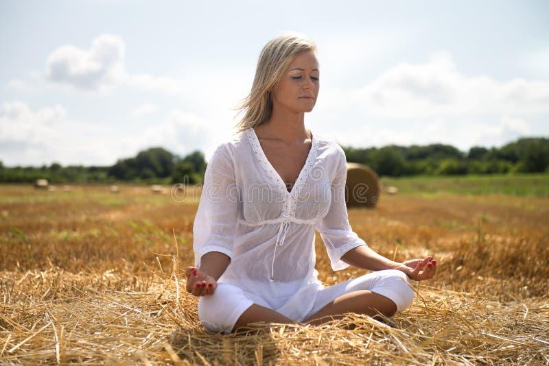 Yoga del verano en prado imágenes de archivo libres de regalías