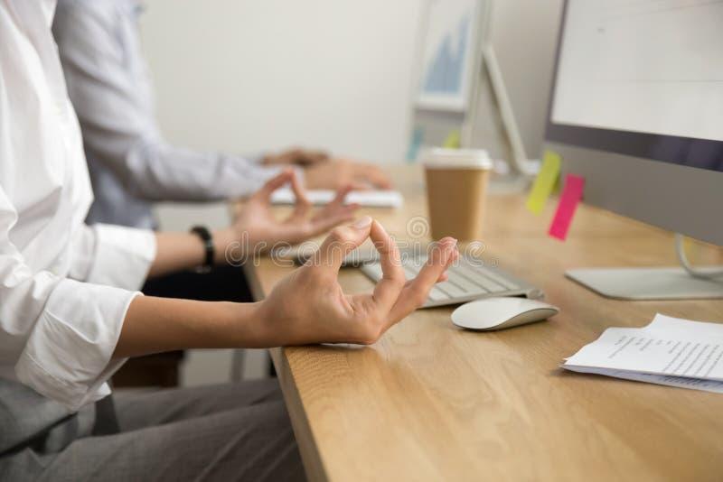Yoga dell'ufficio per il concetto di rilassamento, mani femminili in mudra, fine fotografia stock