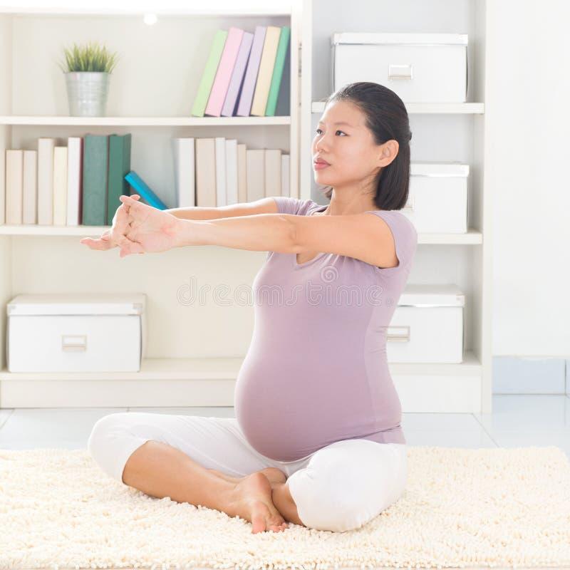 Yoga della donna incinta a casa immagini stock libere da diritti