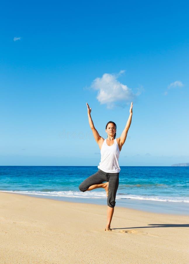 Download Yoga della spiaggia immagine stock. Immagine di piegatura - 30828233
