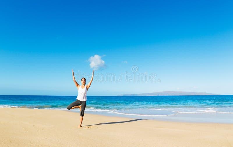Download Yoga della spiaggia fotografia stock. Immagine di background - 30828244
