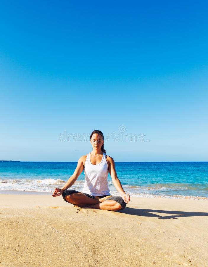 Download Yoga della spiaggia immagine stock. Immagine di posizioni - 30828273