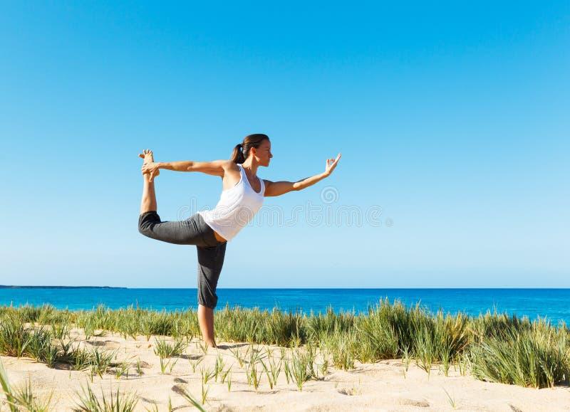 Download Yoga della spiaggia immagine stock. Immagine di equilibrio - 30828299