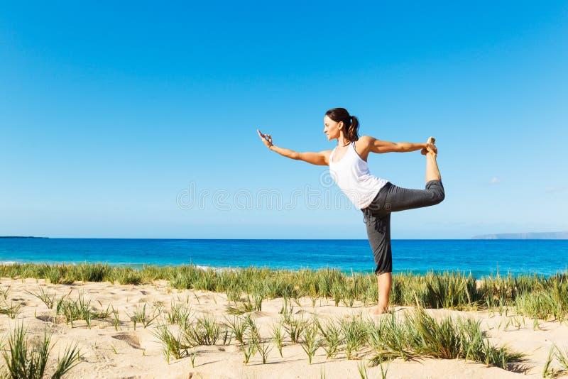 Download Yoga della spiaggia immagine stock. Immagine di corpo - 30828305