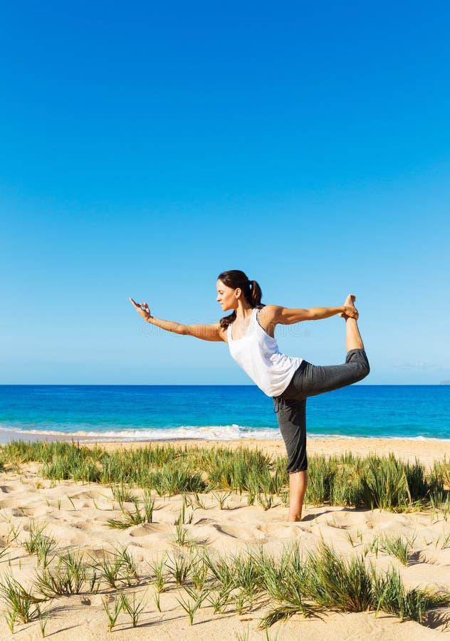 Download Yoga della spiaggia fotografia stock. Immagine di lunghezza - 30828332