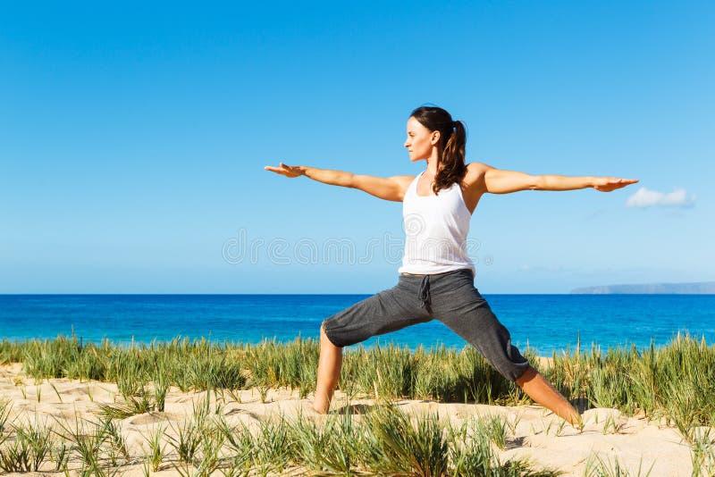 Download Yoga della spiaggia fotografia stock. Immagine di attività - 30828342