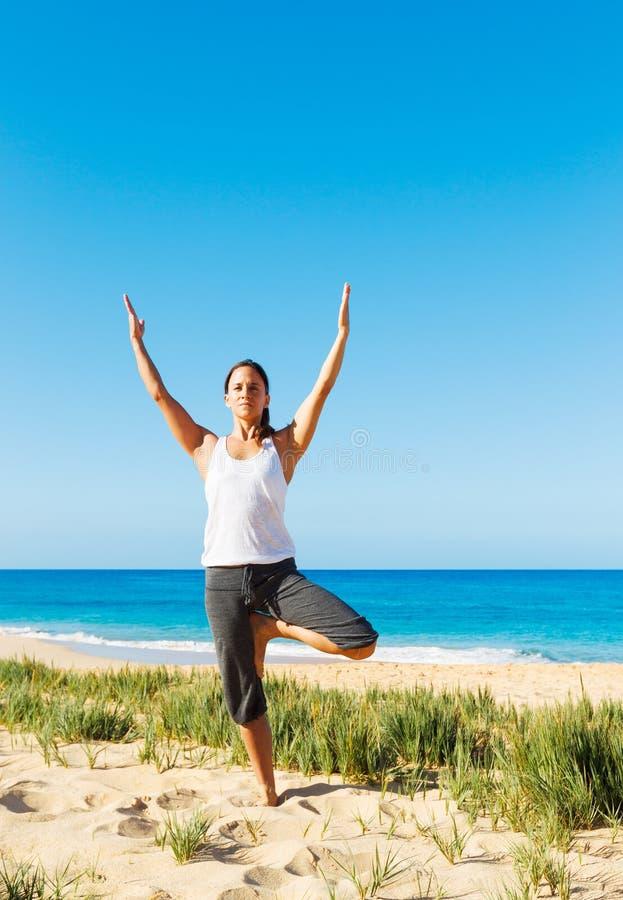 Download Yoga della spiaggia fotografia stock. Immagine di spiaggia - 30828348