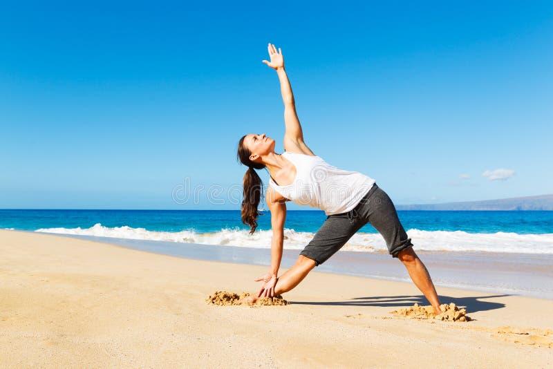 Download Yoga della spiaggia fotografia stock. Immagine di respirazione - 30828376