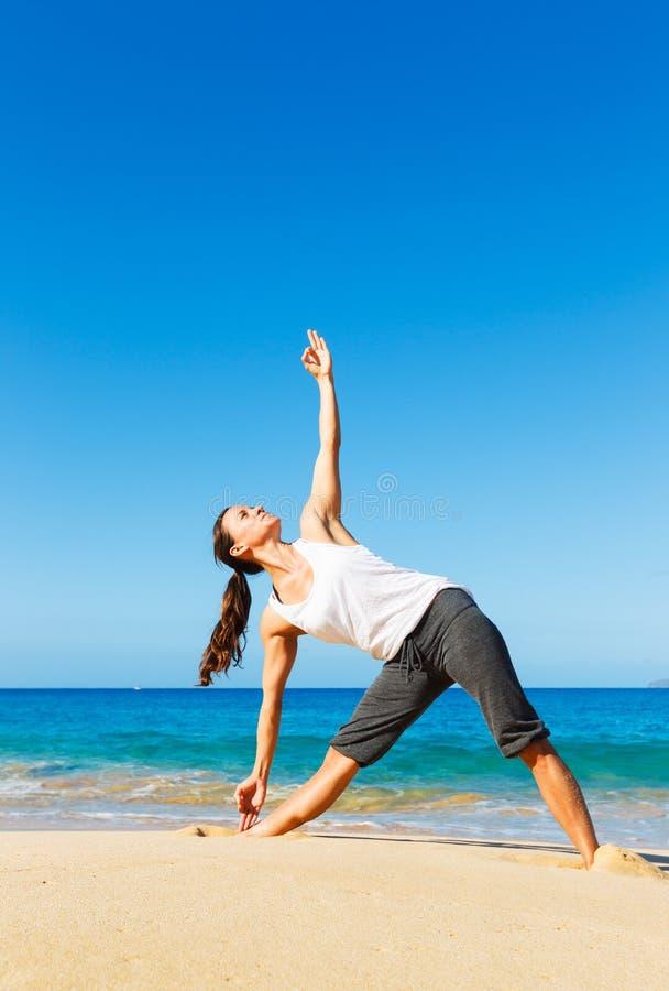 Download Yoga della spiaggia fotografia stock. Immagine di femmina - 30828390