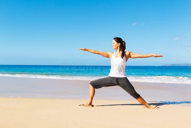 Download Yoga della spiaggia fotografia stock. Immagine di esercitazione - 30828402