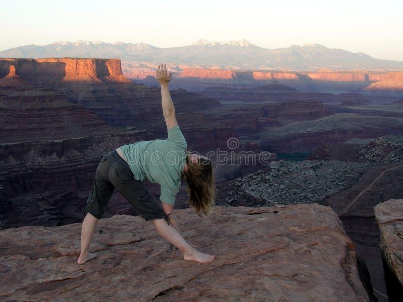 Yoga in den canyonlands  lizenzfreie stockbilder