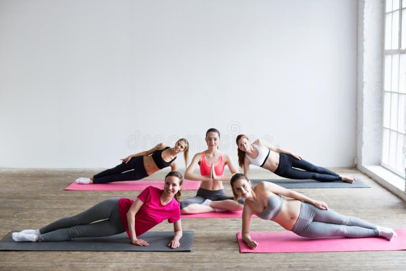 Yoga dentro fotografía de archivo libre de regalías