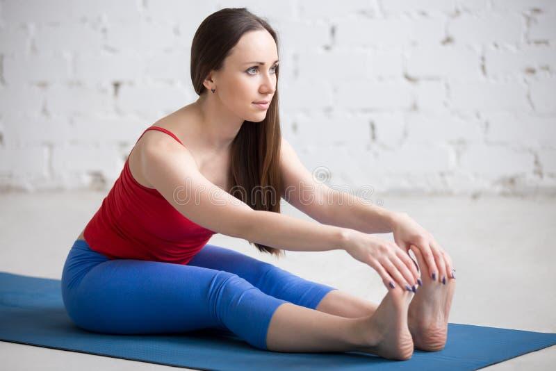 Yoga dentro: Actitud de Paschimottanasana fotografía de archivo