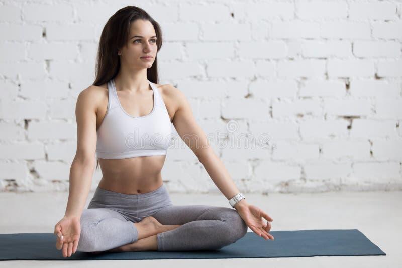 Yoga dentro: Actitud de Sukhasana fotografía de archivo