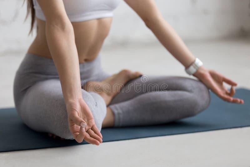 Yoga dentro: el meditar de la mujer fotos de archivo