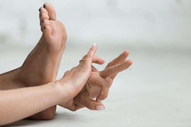 Yoga dentro: Gyan Mudra - Mudra del conocimiento fotos de archivo