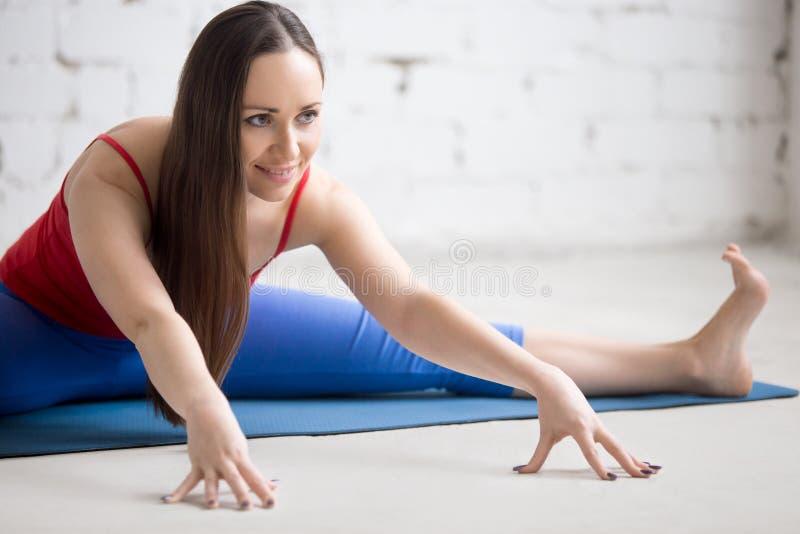 Yoga dentro: Upavishtha Konasana fotografía de archivo