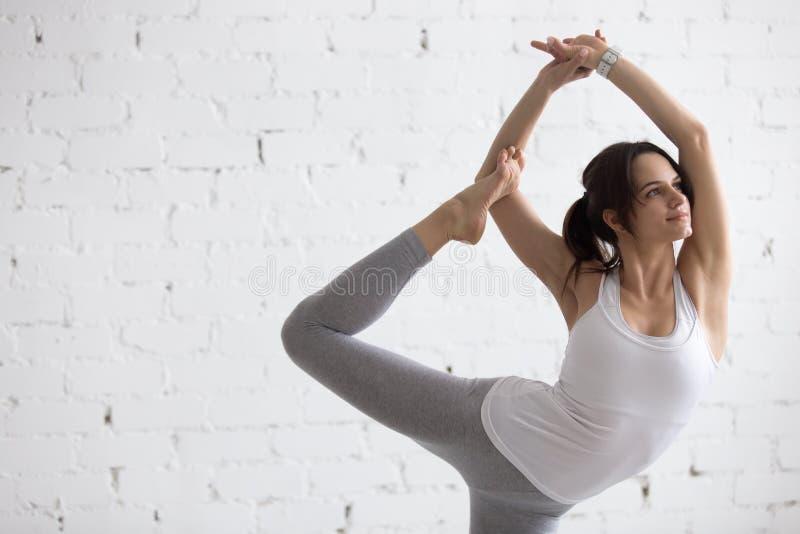 Yoga dentro: Variación de Natarajasana imagenes de archivo