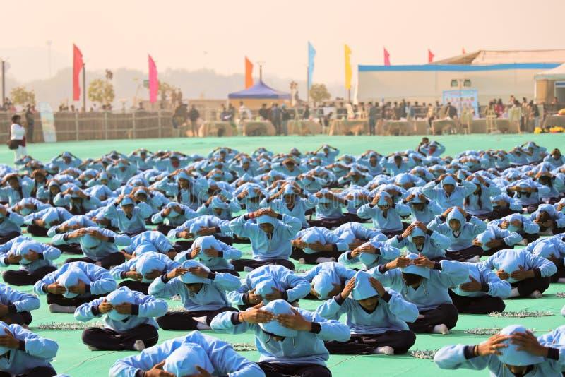Yoga in der Eröffnungsfeier 29. internationalen Drachenfestivals 2018 - Indien lizenzfreies stockbild