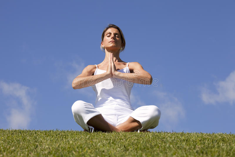 Yoga an der Natur stockfotos
