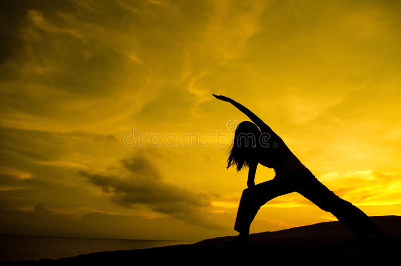 Yoga in der Natur stockfoto