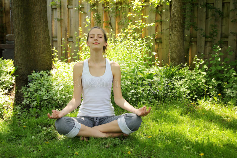 Yoga in der Natur lizenzfreie stockfotografie