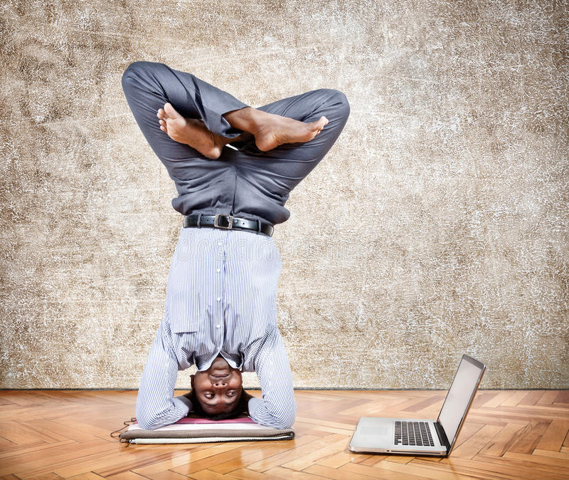 Yoga di affari divertenti fotografia stock