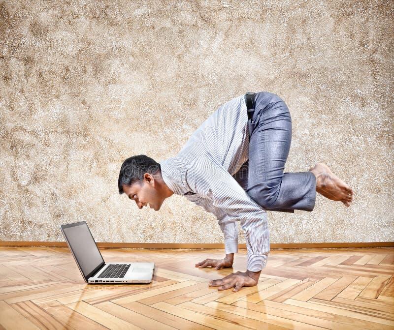 Yoga di affari divertenti fotografia stock libera da diritti