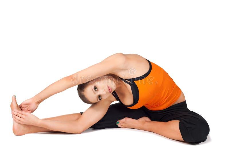 Yoga di pratica adatta Asana della giovane donna fotografia stock libera da diritti