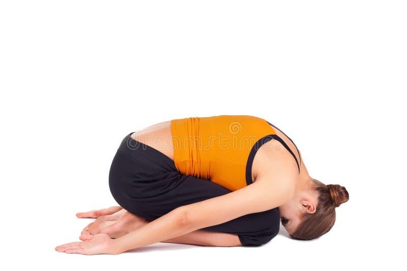Yoga di pratica Asana di posa del bambino della donna fotografie stock