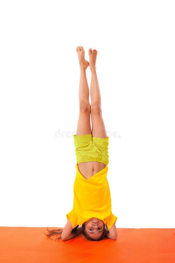 Yoga di pratica del bambino isolata fotografie stock