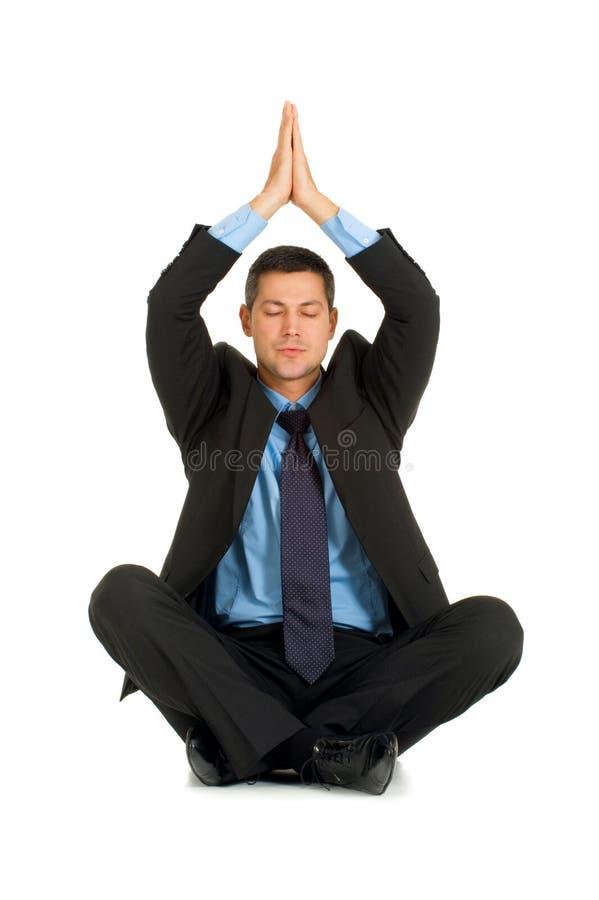 Yoga di pratica dell'uomo d'affari immagine stock
