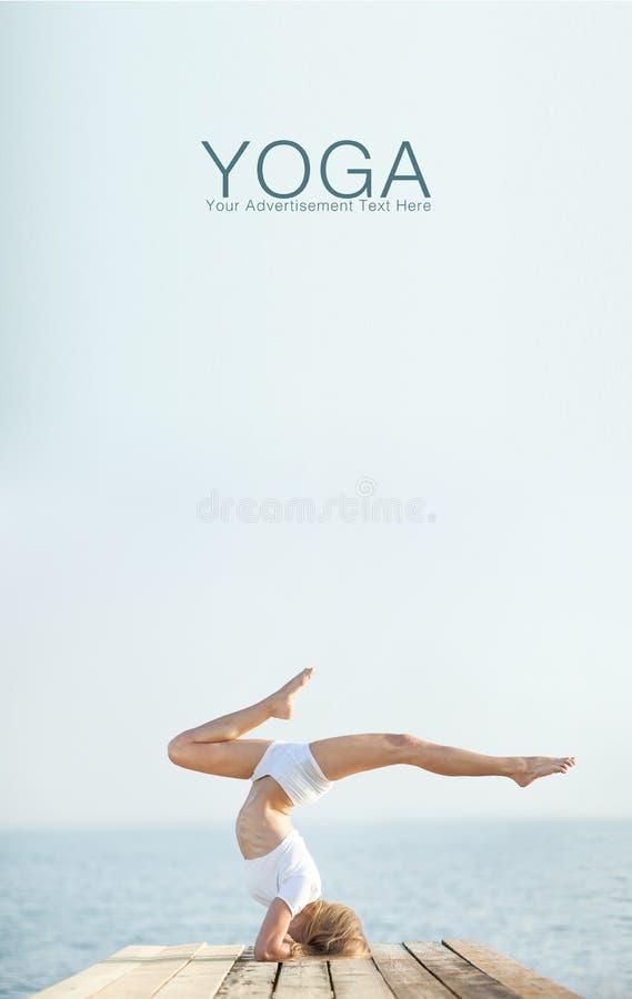 Yoga di pratica della bella donna bionda alla spiaggia immagini stock libere da diritti