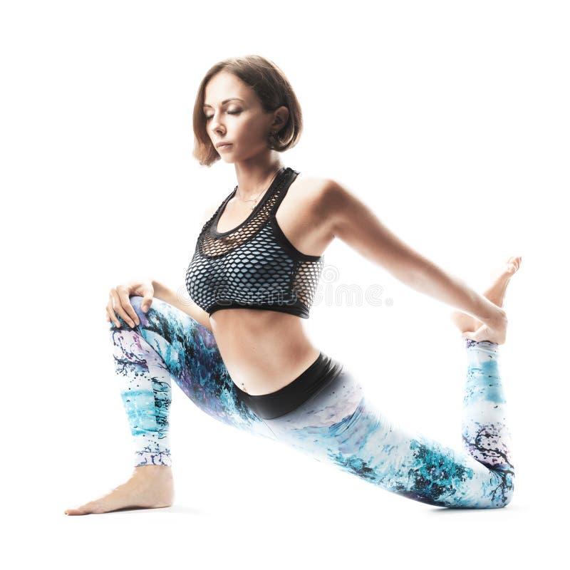Yoga di pratica della bella giovane donna su fondo bianco Umore ispiratore, asana complesso, abbracciante luce fotografie stock libere da diritti