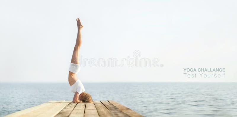 Yoga di pratica della bella ragazza del positiveblond a fotografie stock