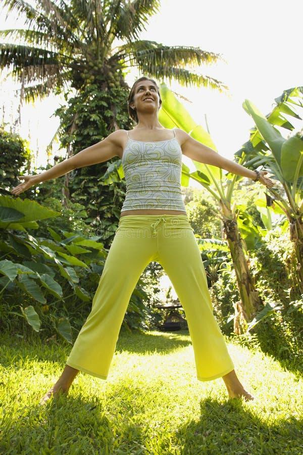 Yoga di pratica della donna. immagine stock