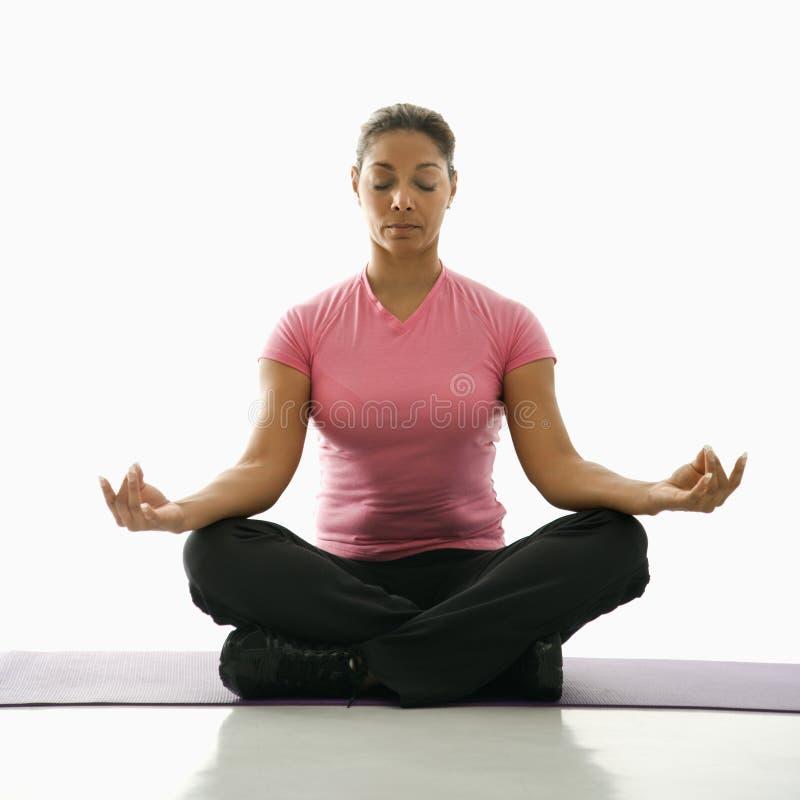 Yoga di pratica della donna. immagine stock libera da diritti