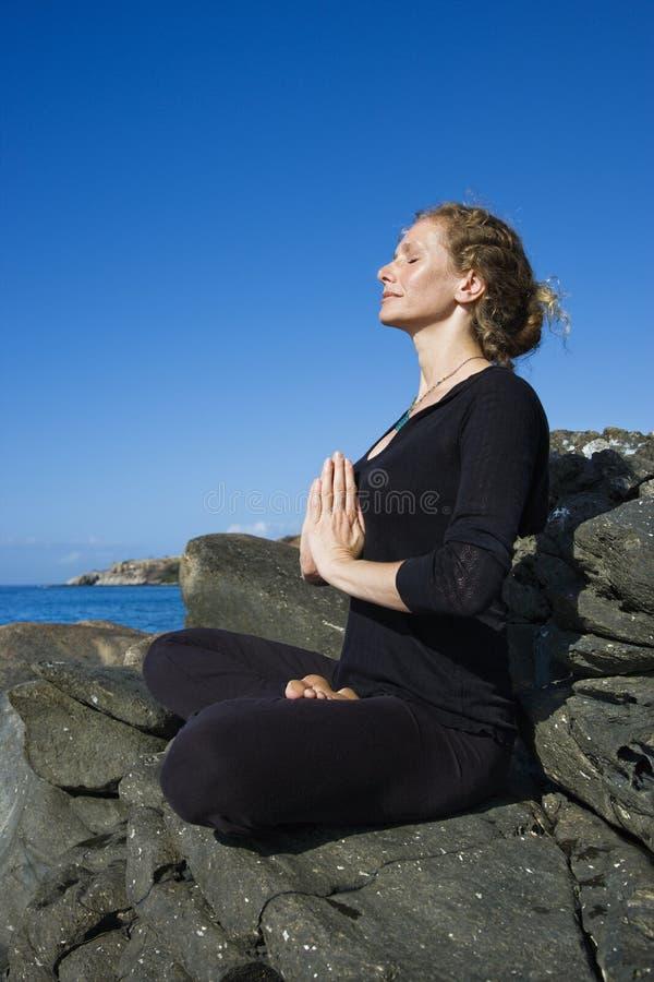 Yoga di pratica della donna. fotografia stock libera da diritti