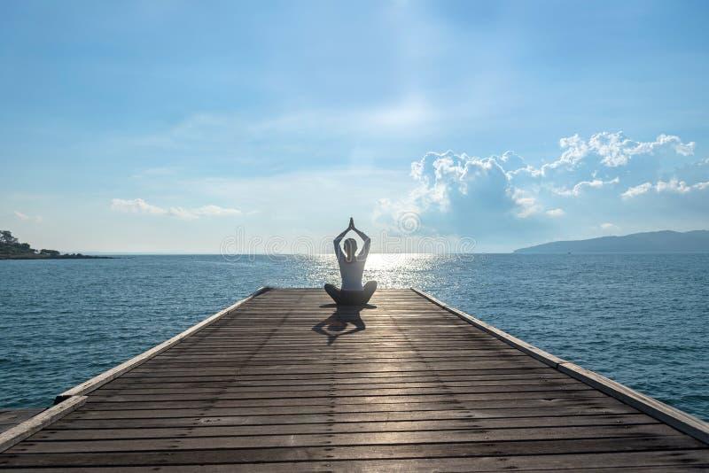 Yoga di pratica della donna caucasica immagini stock libere da diritti