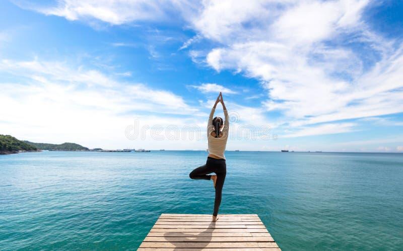 Yoga di pratica della donna caucasica immagini stock
