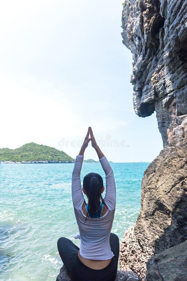 Yoga di pratica della donna caucasica in una caverna fotografie stock