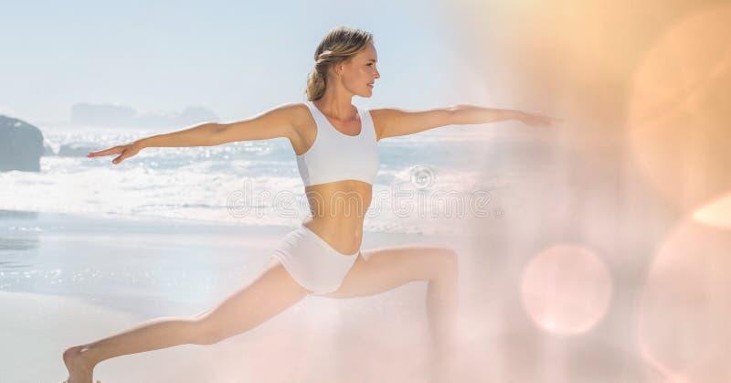 Yoga di pratica della giovane donna adatta alla spiaggia immagini stock