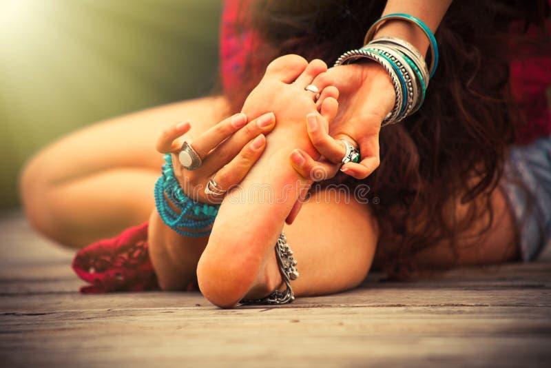 Yoga di pratica della giovane donna all'aperto dal primo piano del lago fotografia stock libera da diritti