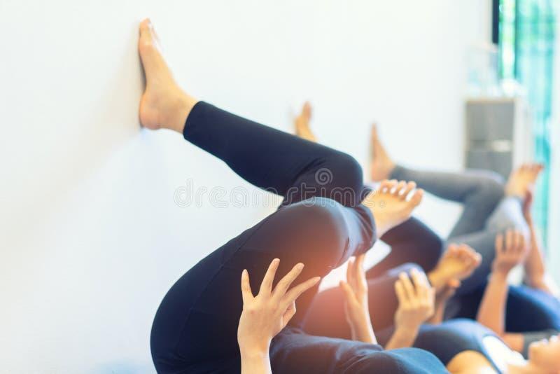 Yoga di pratica della giovane donna grassa con namaste dietro la parte posteriore wo fotografie stock