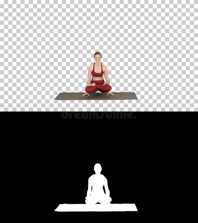Yoga di pratica della giovane donna sportiva, facente esercizio della scala, posa di Tolasana, Alpha Channel fotografie stock libere da diritti
