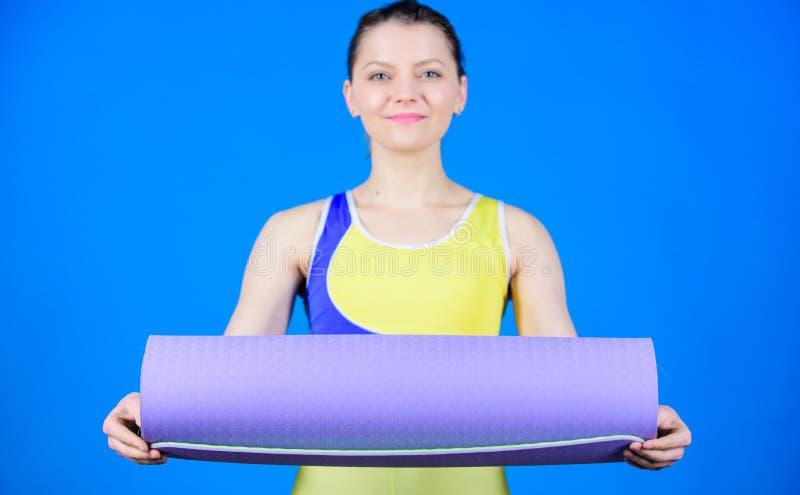 Yoga di pratica ogni giorno Stuoia adatta esile di forma fisica della tenuta dell'atleta della ragazza Forma fisica ed allungare  immagini stock libere da diritti