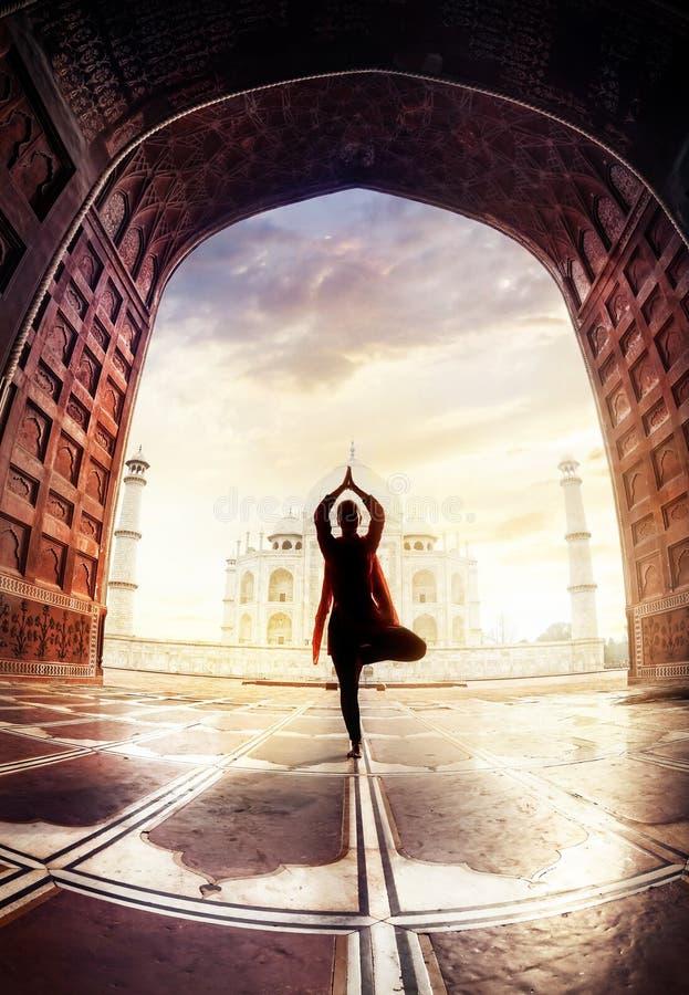 Yoga dichtbij Taj Mahal royalty-vrije stock fotografie