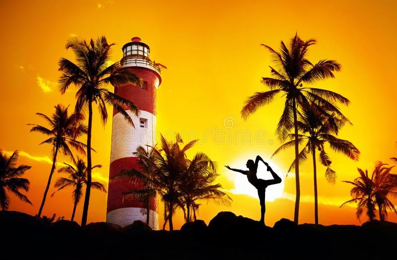 Yoga dichtbij vuurtoren stock fotografie